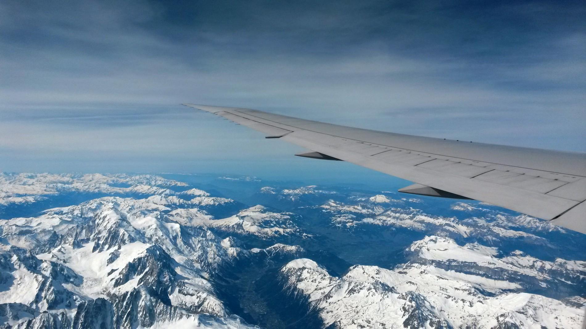 Foto-vom-Flugzeug-aus-mit-Sicht-auf-die-Alpen