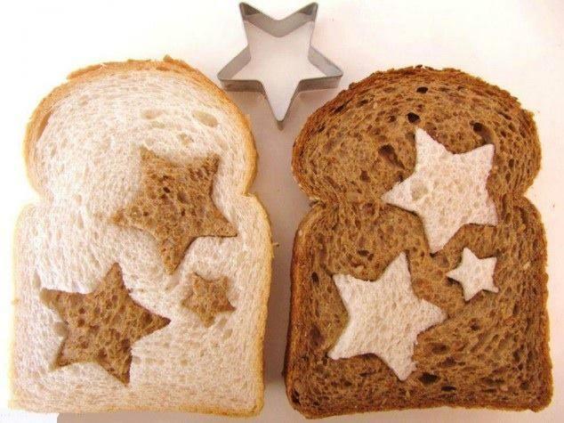 Toast mit ausgestanzten Sternen