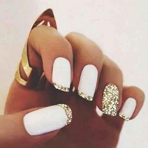 weihnachtliche fingernägel in weiß mit goldenem glitzer
