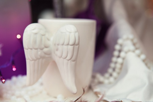 tasse mit engelsflügel in weiß