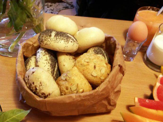 fruehstueck-brunch-broetchen-ei-und-obst