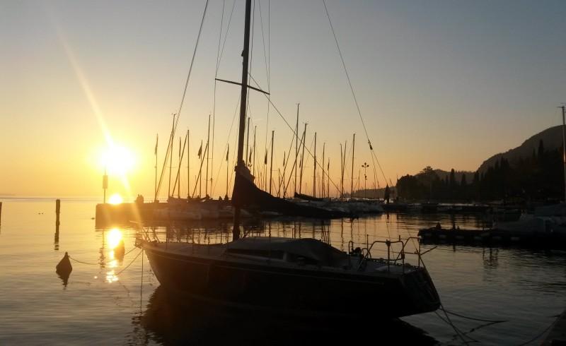 gardasee sonnenuntergang segelboot
