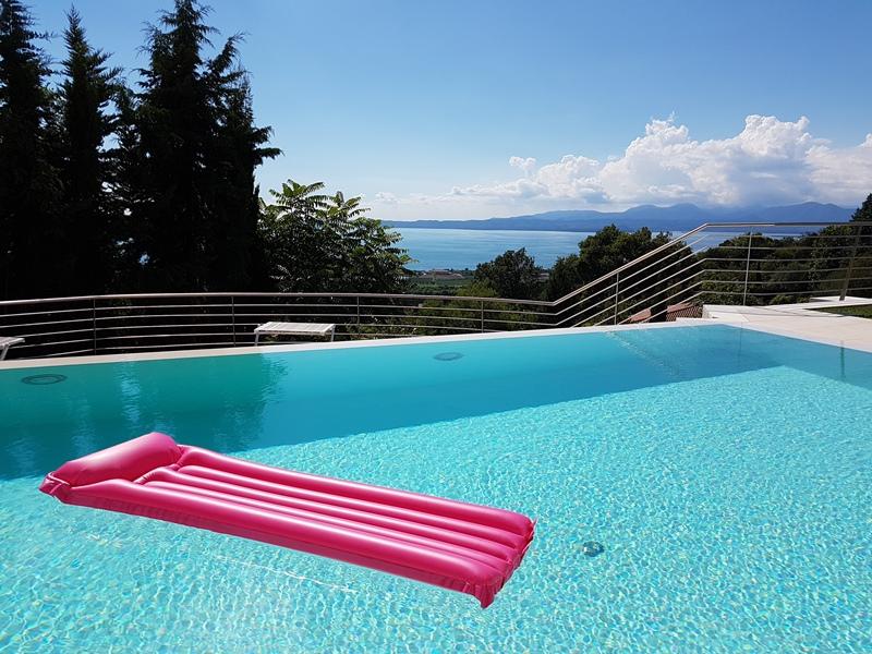 Gardasee-infinity pool- rosa aufblasbare Luftmatratze